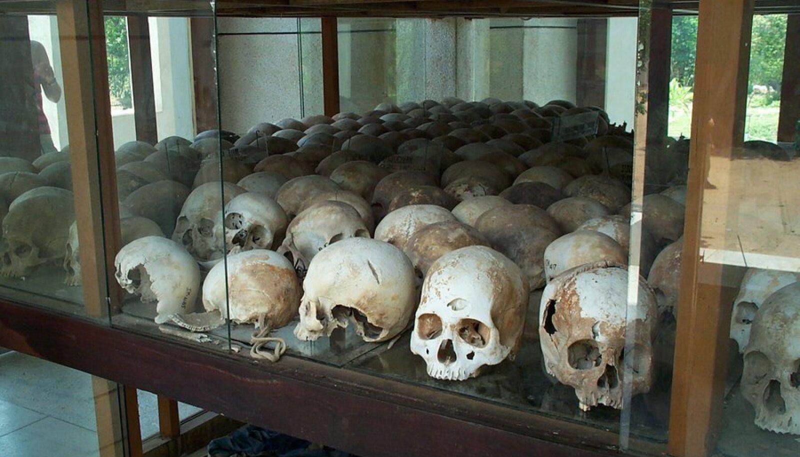 Jäljed Kambodža surmaväljadelt, ka seal ehitati kommunismi.