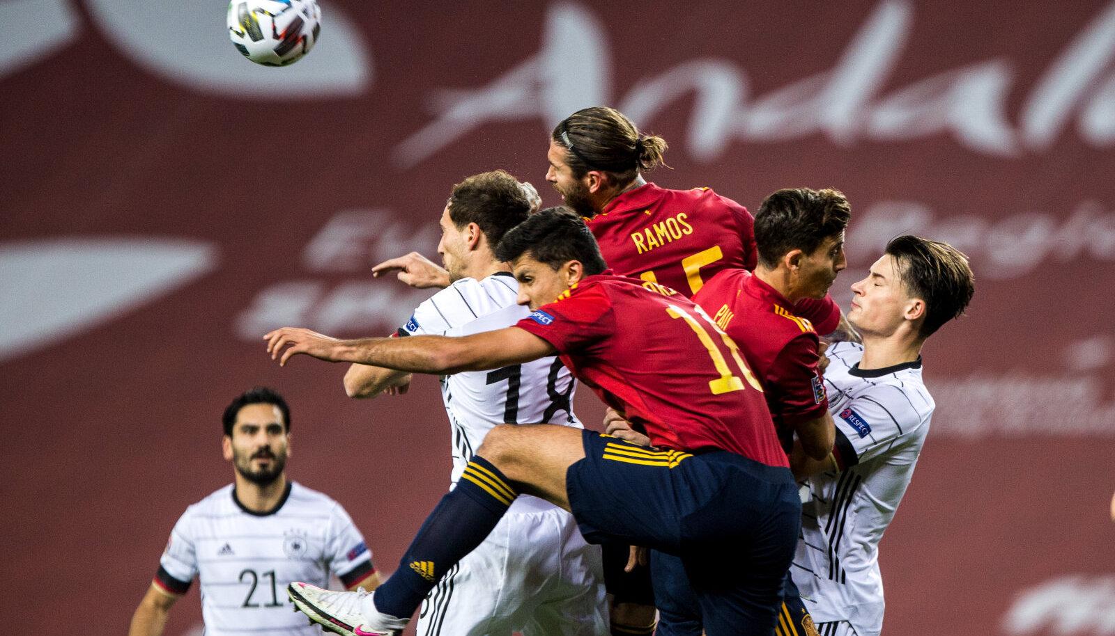 Серхио Рамос и Ферран Торрес перепрыгивают немецких игроков