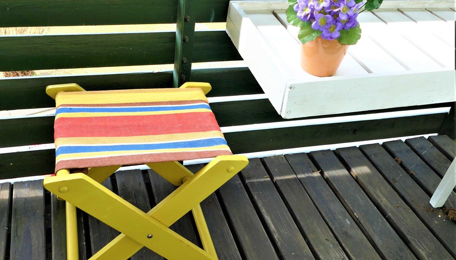 Riidega kaetud kokkukäiv taburet võtab vähe ruumi ja seda saab kasutada näiteks rõdul või köögis.