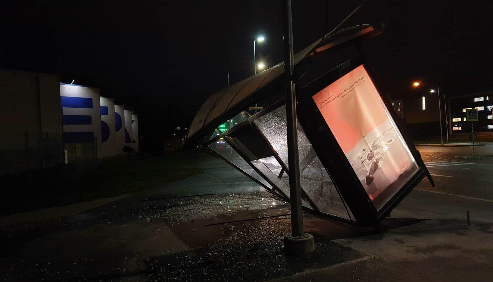 Tormi poolt räsitud bussiootepaviljon Tartus Turu tänaval