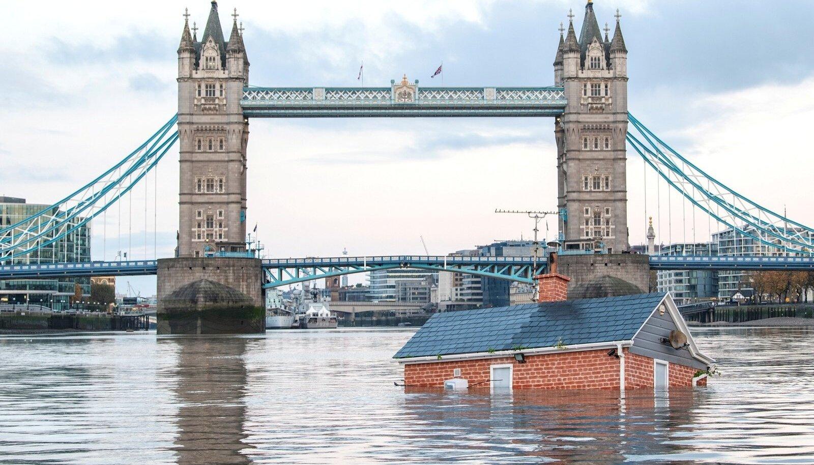 Extinction Rebellion saatis mööda Thamesi jõge hulpima klassikalise Briti maja, et kujutada merevee taseme tõusu ohtu.