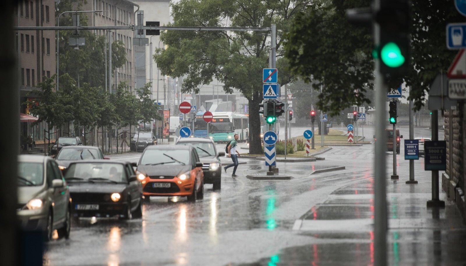 Vihm ja äike jõudsid Tallinnasse