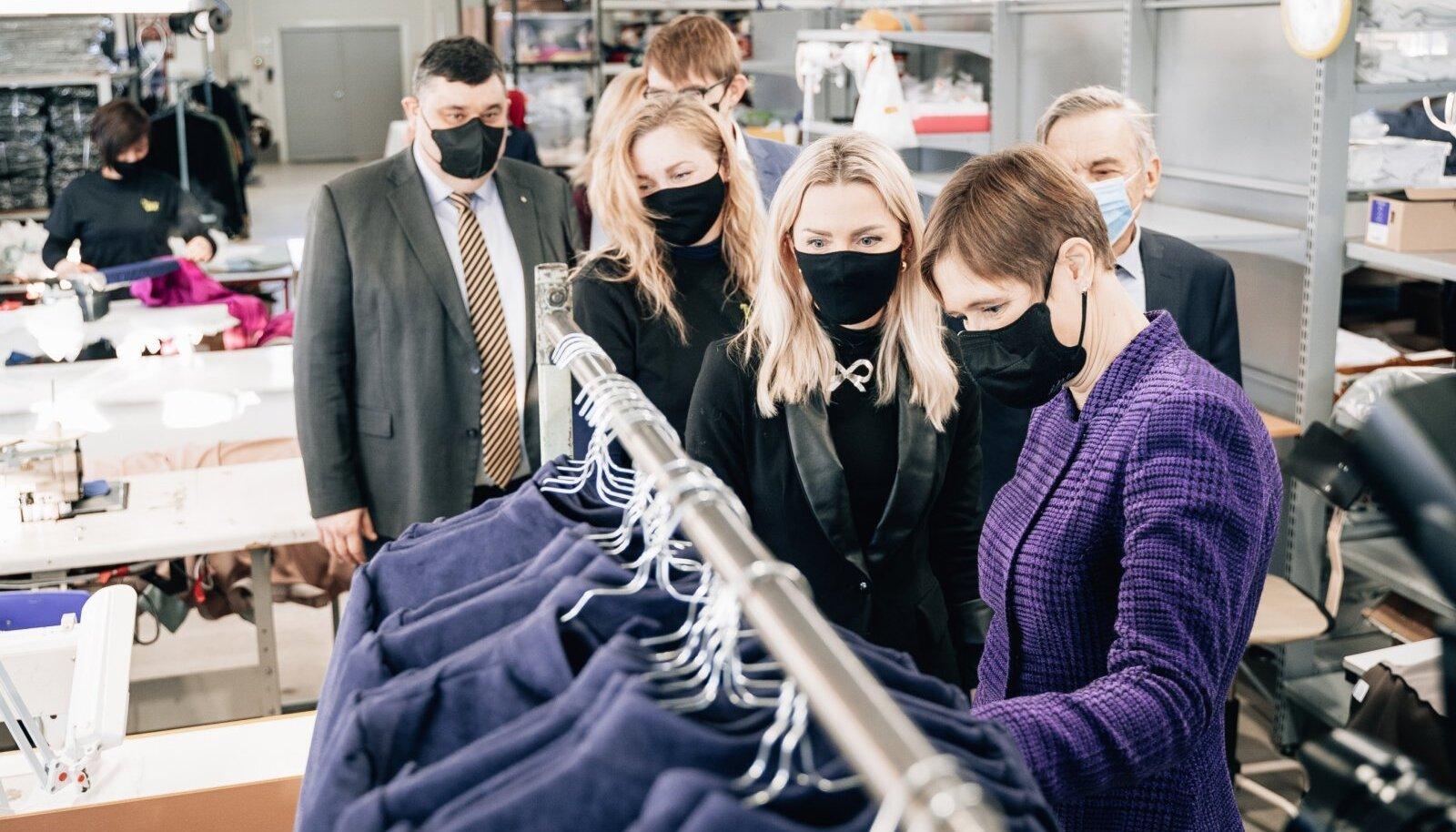Tallinn Dollsi juhi Mari Martini (paremalt teine) sõnul õjus see, et president Kersti Kaljulaid jaanuaris nende uut tootmishoonet vaatamas käis, ka ettevõtte töötajale motiveerivalt.
