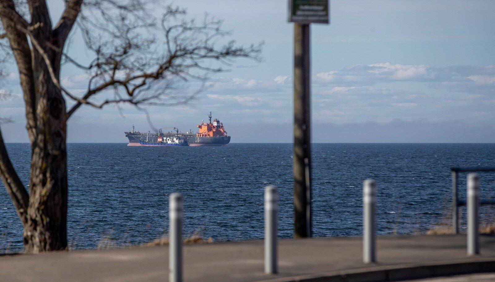 Eile seisid Kakumäel punkerdamiseks kaks laeva just ankrualas G, kus tahetakse lubada ka STS-tegevusi. Fotod näitavad, kui lähedal rannikule ohtlikke aineid ümber laaditaks.