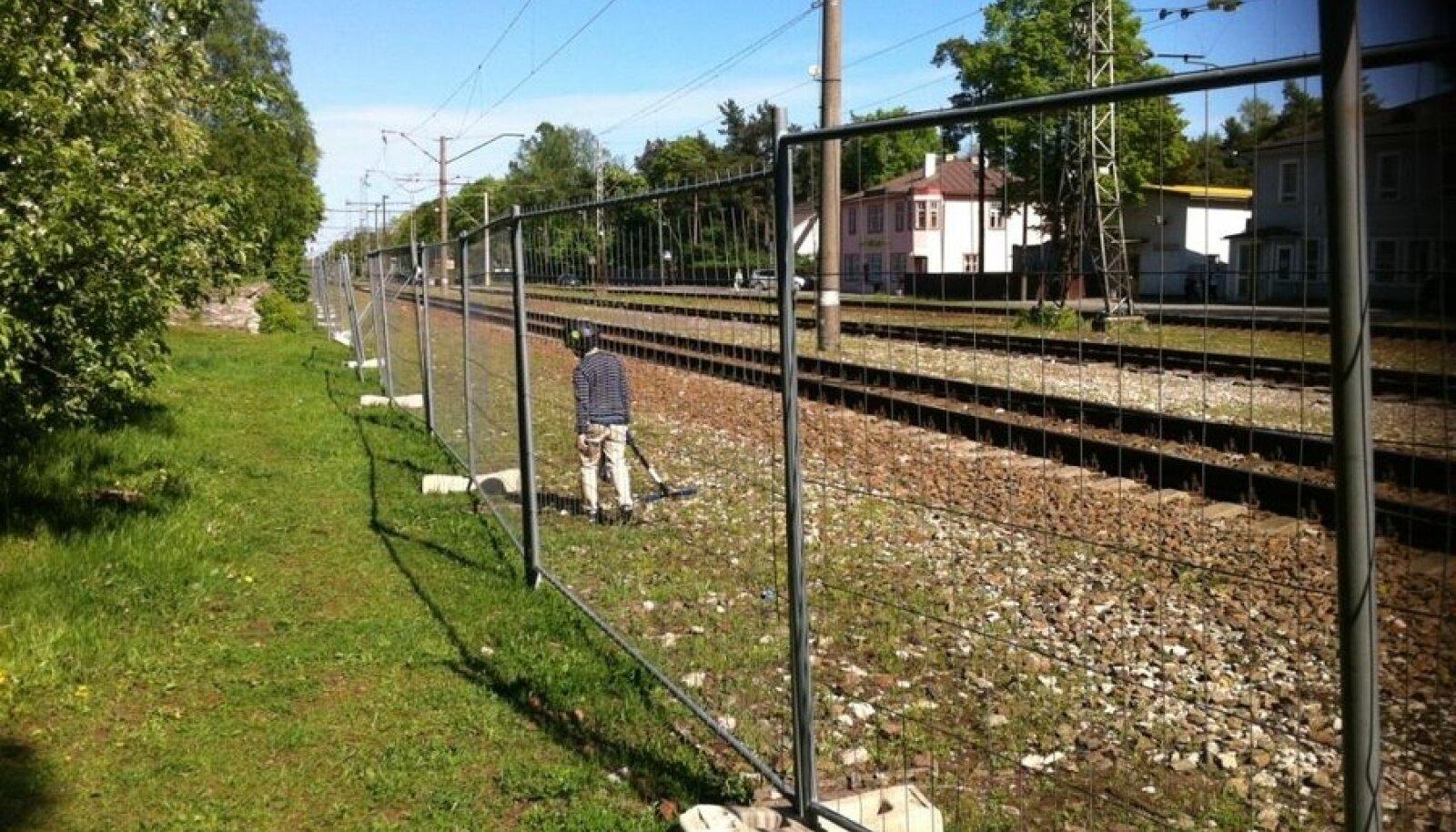 Raudtee Nõmme põhikooli juures. (mobiilifoto: Erki Korp)