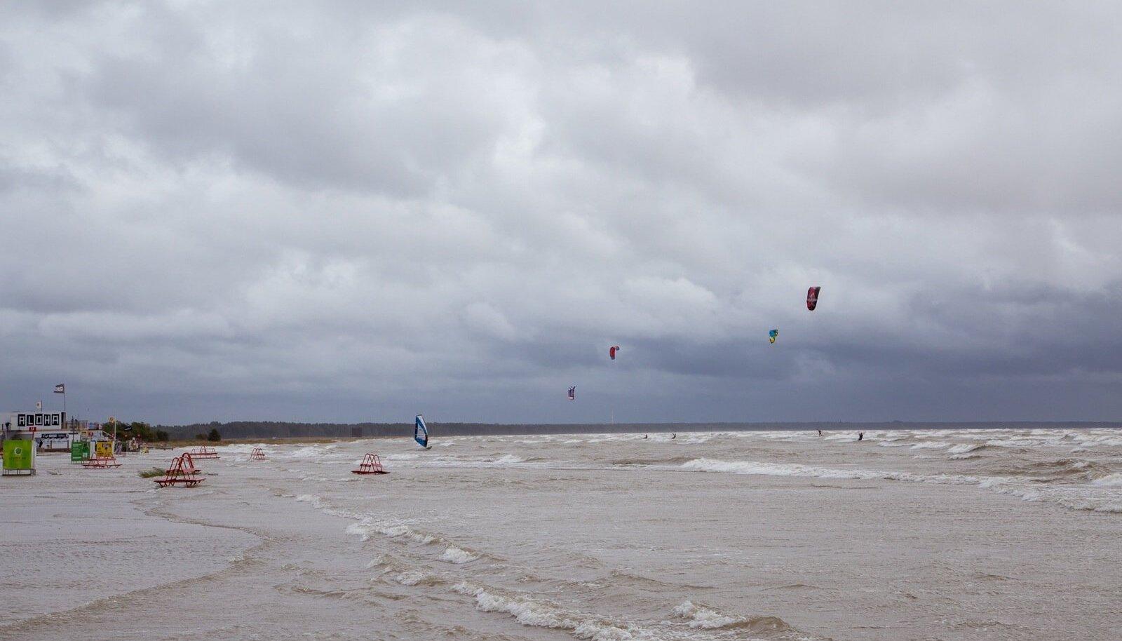 Pärnu rannast on saanud surfajate paradiis.