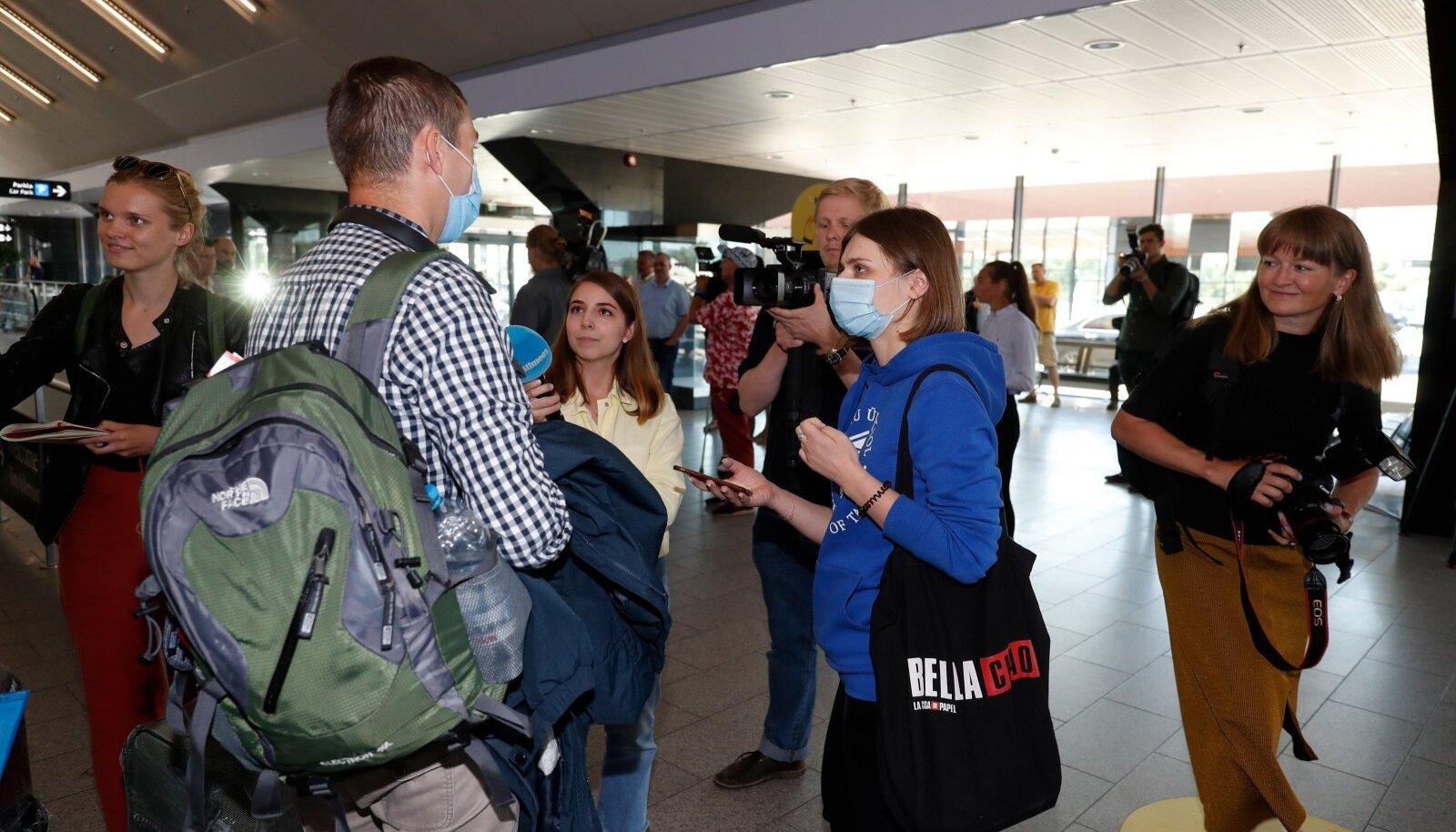 Teisipäeval Eestisse saabunud Ukraina töölised ajakirjanike haardes