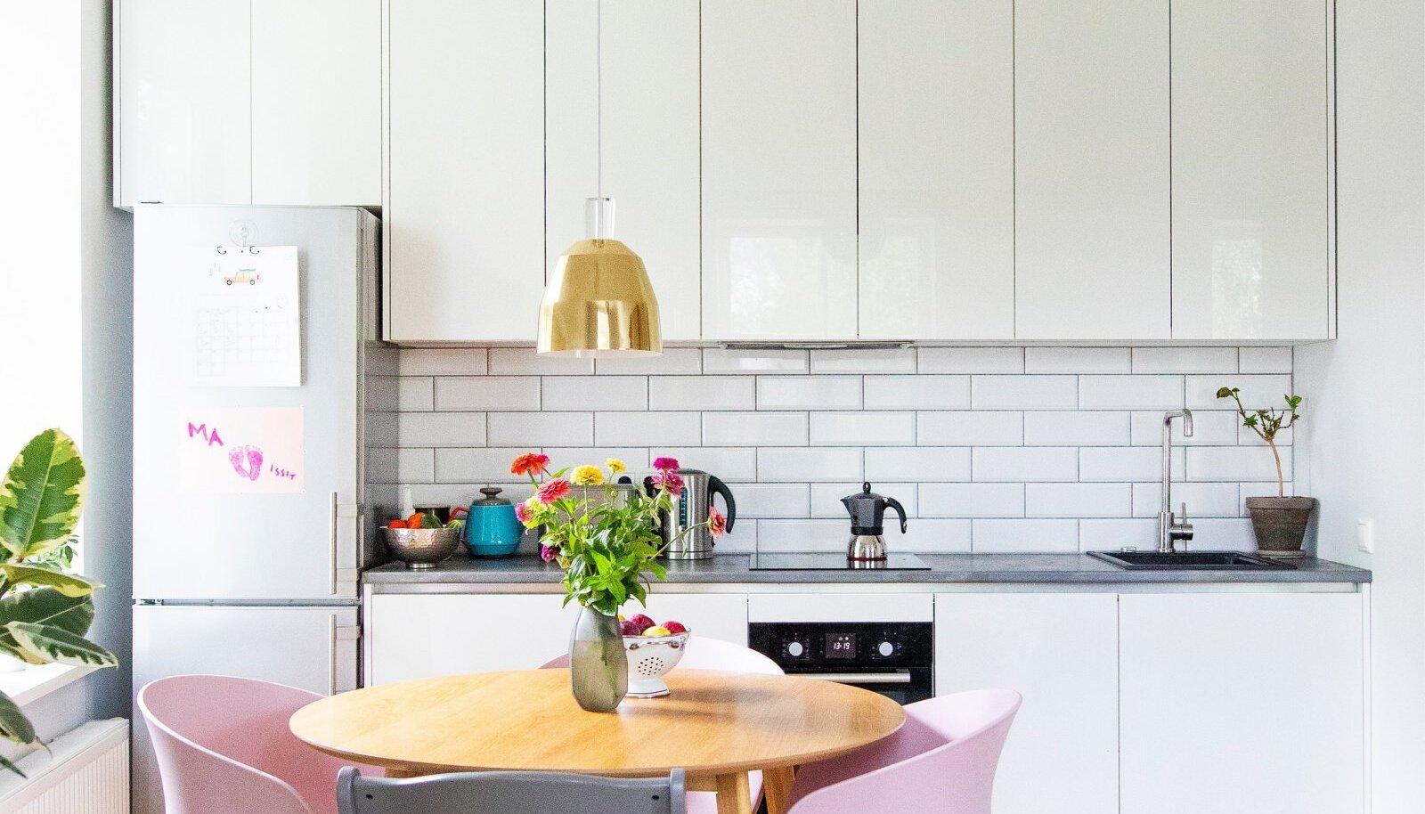 Köögi tellis Kelly Arensist. Tänu spetsialisti nõustamisele õnnestus kööki paigutada ka pesumasin. Roosad toolid on pärit Aatriumist.