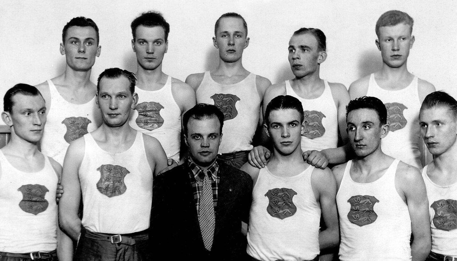 Rahvuskoondise esireas treener Herbert Niiler. Tema vasakul käel seisab kapten Erich Altosaar ja paremal Heino Veskila.