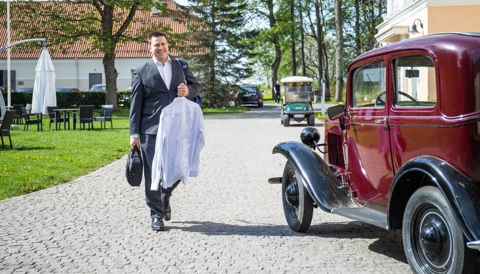Jüri Ratas rõõmsana eelarvestrateegia arutelul Vihula mõisas