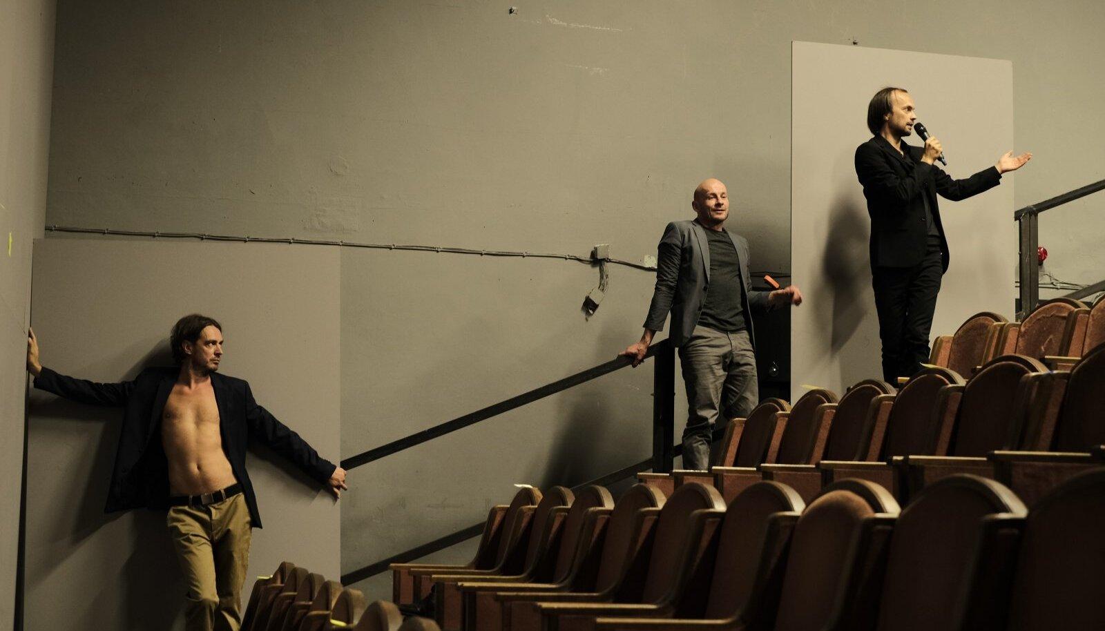 Juhan Ulfsaki, Mart Kangro ja Eero Epneri teine lavastus lammutab ruumi, kus nad seisavad, mõttelisteks tükikesteks.