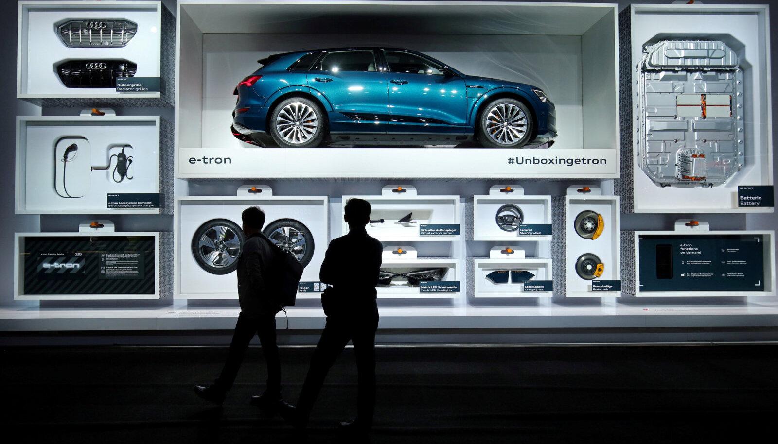 Viimase Frankfurdi autonäituse külastajad imetlevad Audi e-troni (Foto: REUTERS)