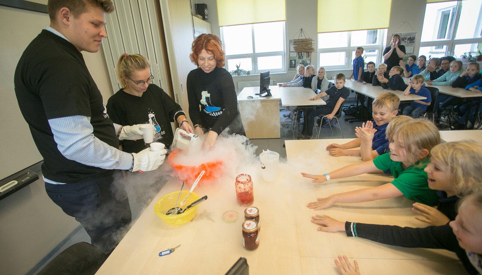 Vedela lämmastiku valamisest jäätisesegule kerkis üles aurupahvak, mis pani õpilased kihama.