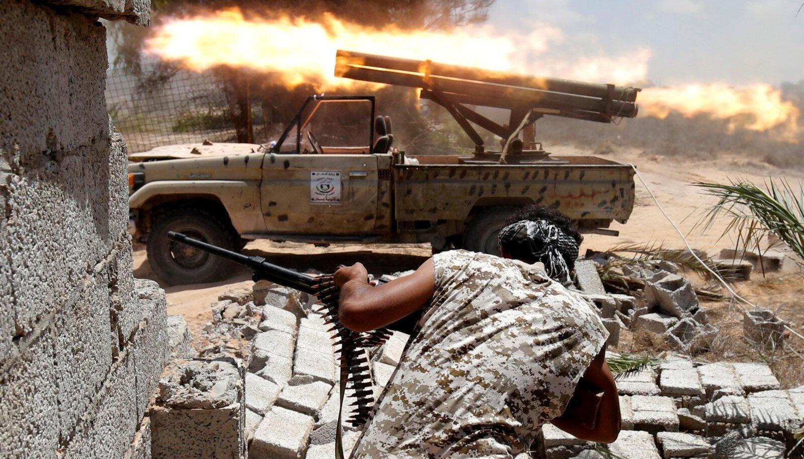 Liibüas tulistavad raketiheitjadki Toyota kastist.