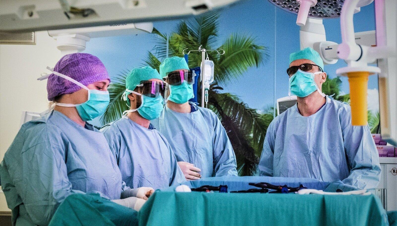Vanaisade elupäästebrigaad: verd, terariistu ja kasvajaid täis päev uroloogia kirurgisaalis