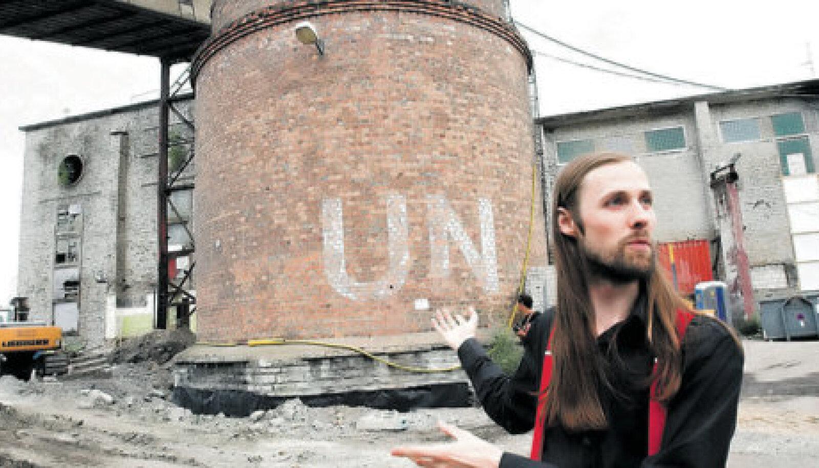 """Festivali kuraator Andres Lõo esitleb """"Stalkeri"""" võtete tarvis korstnale maalitud ÜRO eelkäija tähist."""