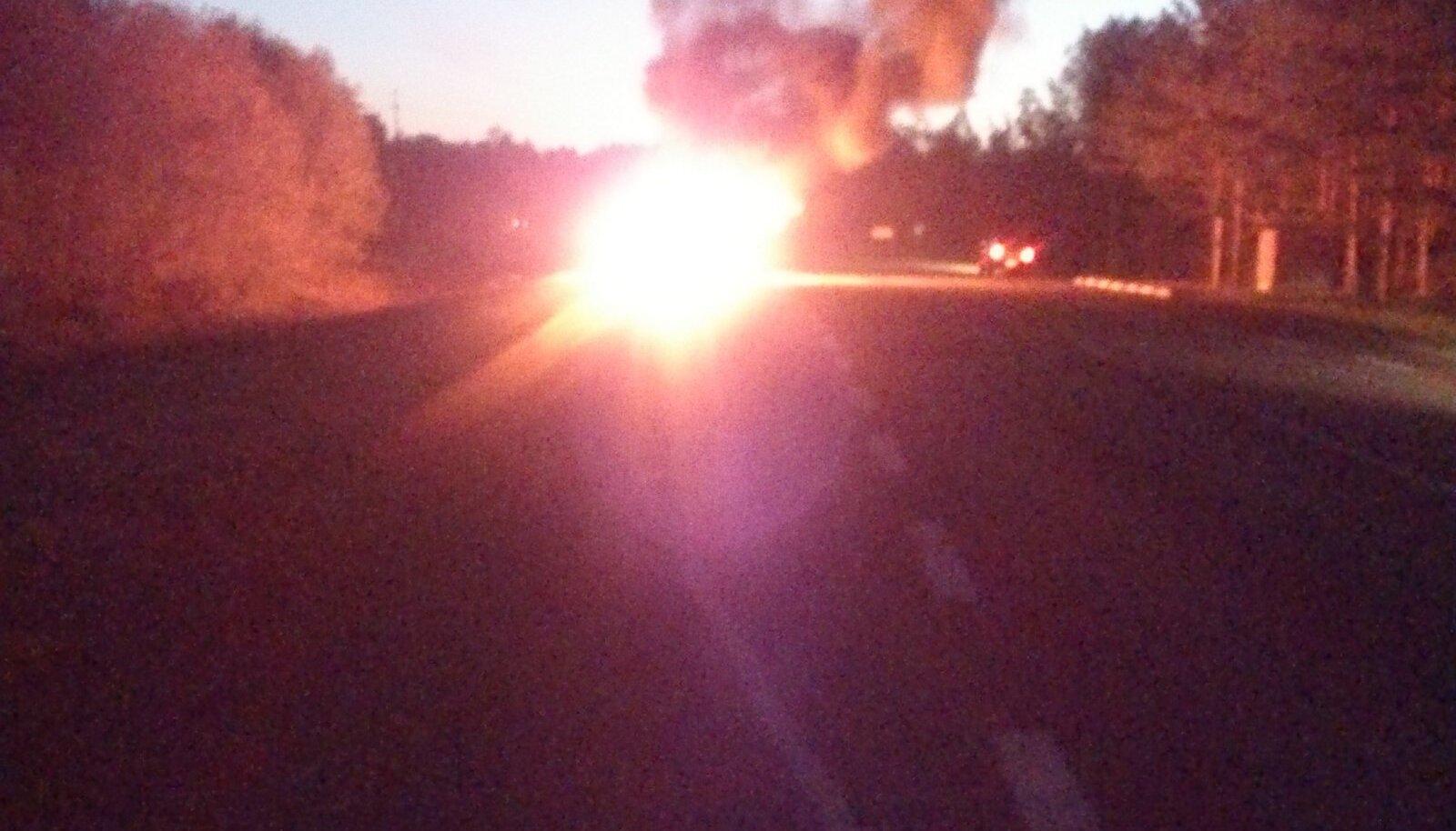 Virtsu teel põleb auto