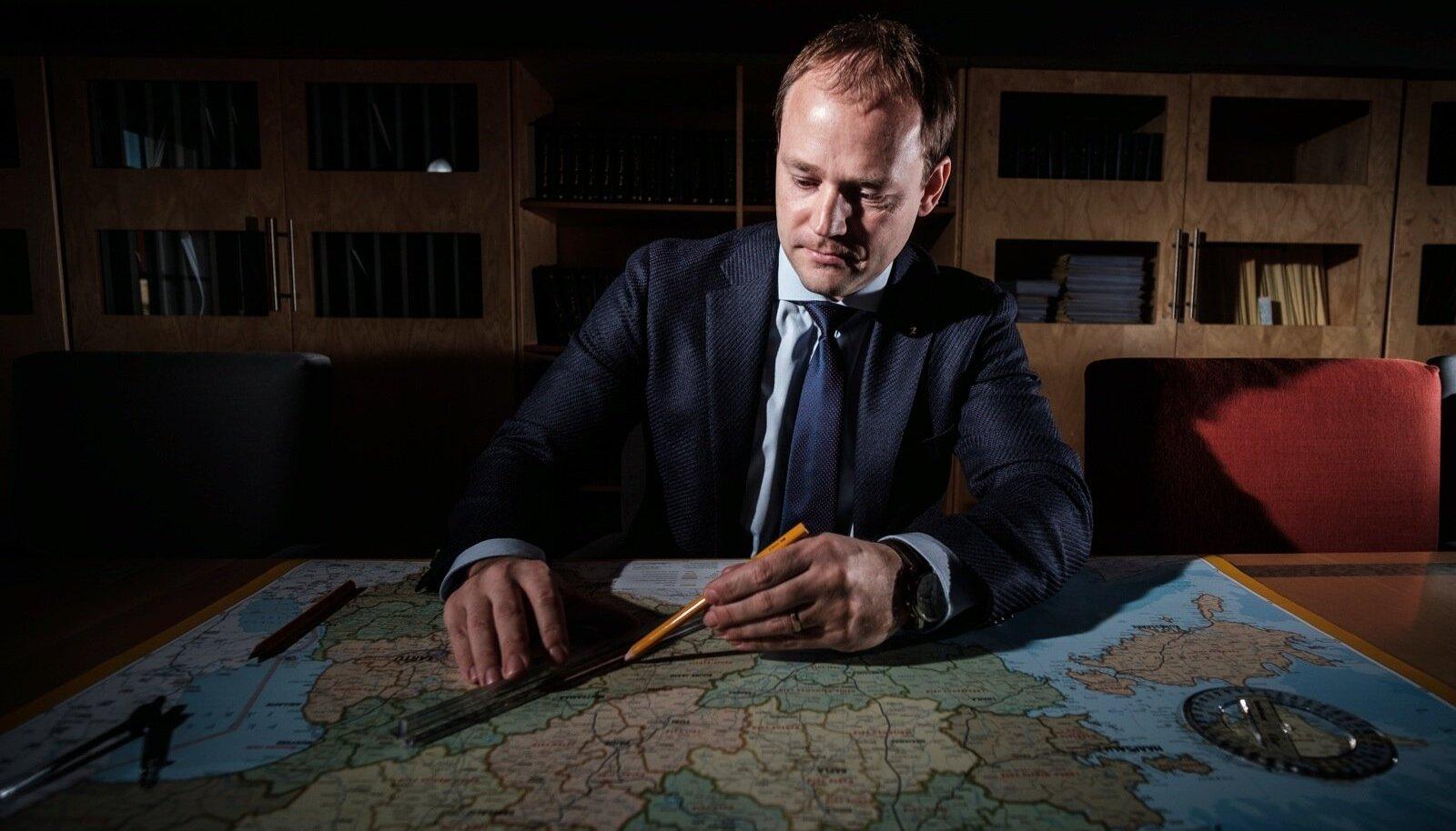 Endine riigihalduse minister Arto Aas tunnistab uut kaarti vaadates ja mõõtes, et ta on tulemusega rahul.
