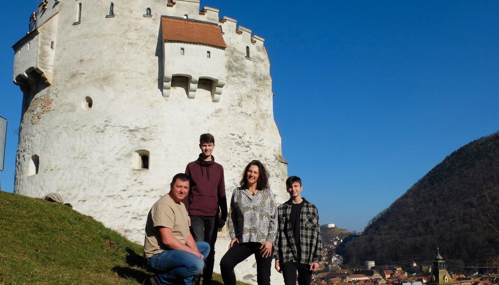 Anu ja Daniel koos poegade Alexi ja Robiniga Brașovi Valge torni taustal..