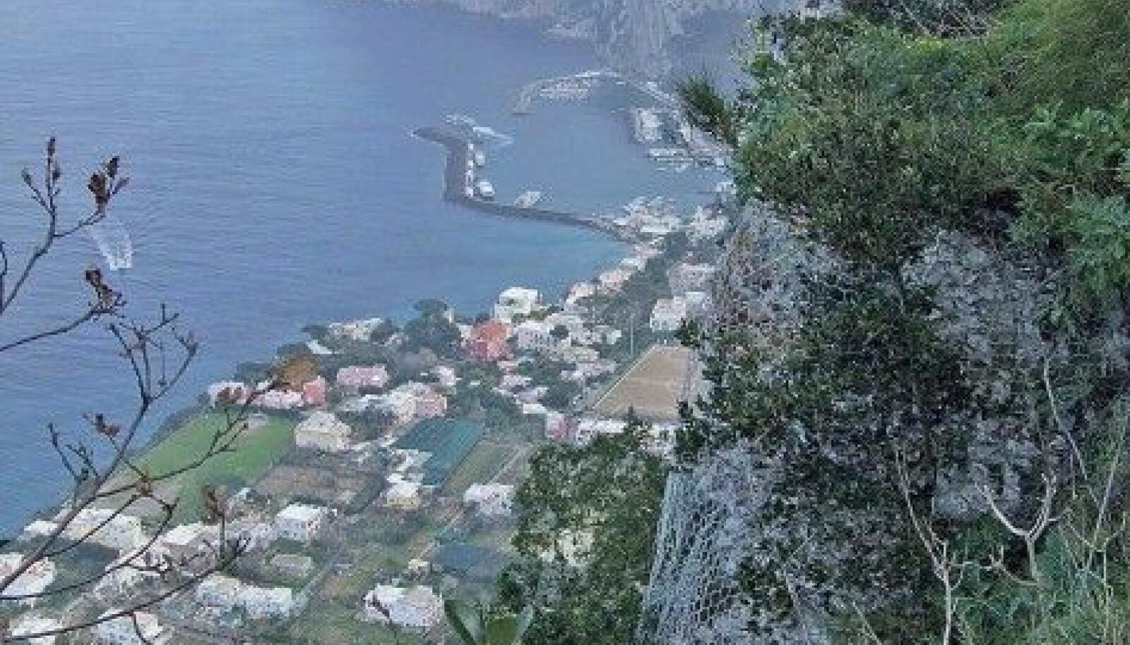 Anacaprilt naastes haigutab bussi akna taga kuristik. All Capri sadam. Foto: Toivo Tomingas
