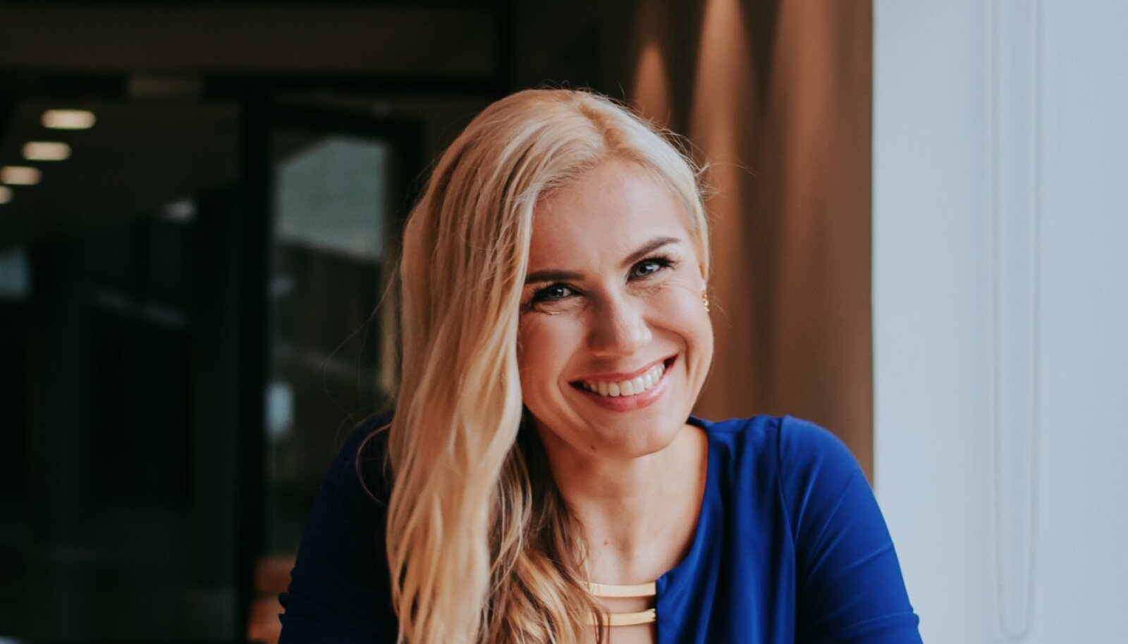 Kadri Simson armastab kohvi. Kella 12-ks päeval on ta ära joonud neli tassitäit. Pilt on tehtud suvel Tallinnas.