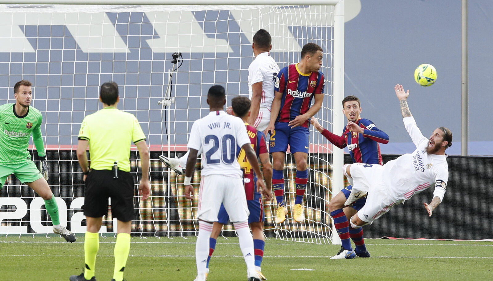 Penaltile eelnenud vea olukord, kus Sergio Ramos teatraalselt pärast särgist sikutamist pikali lendas.