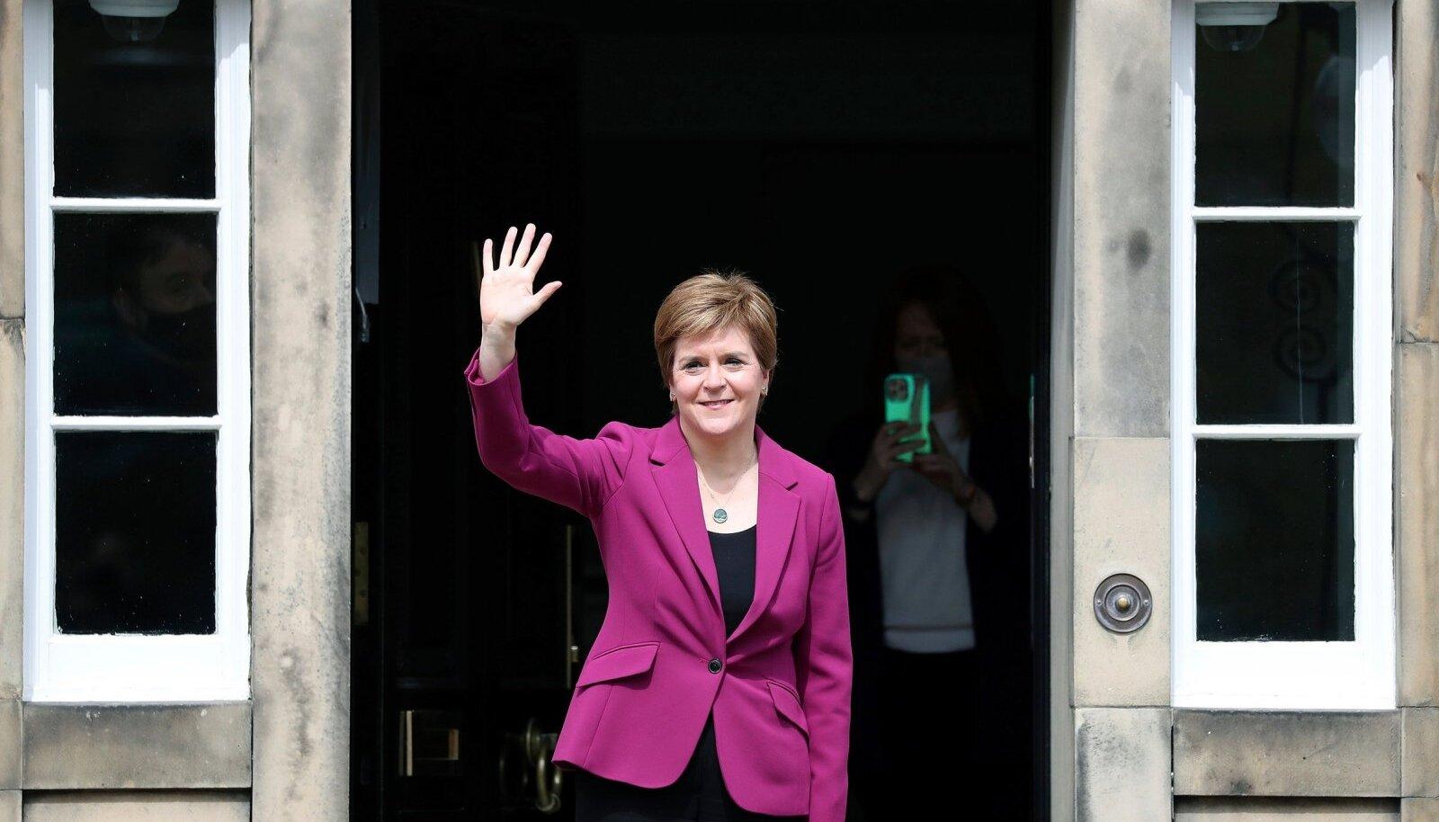 Võidukas Šotimaa esimene minister Nicola Sturgeon eile Edinburghis oma ametiresidentsi ees