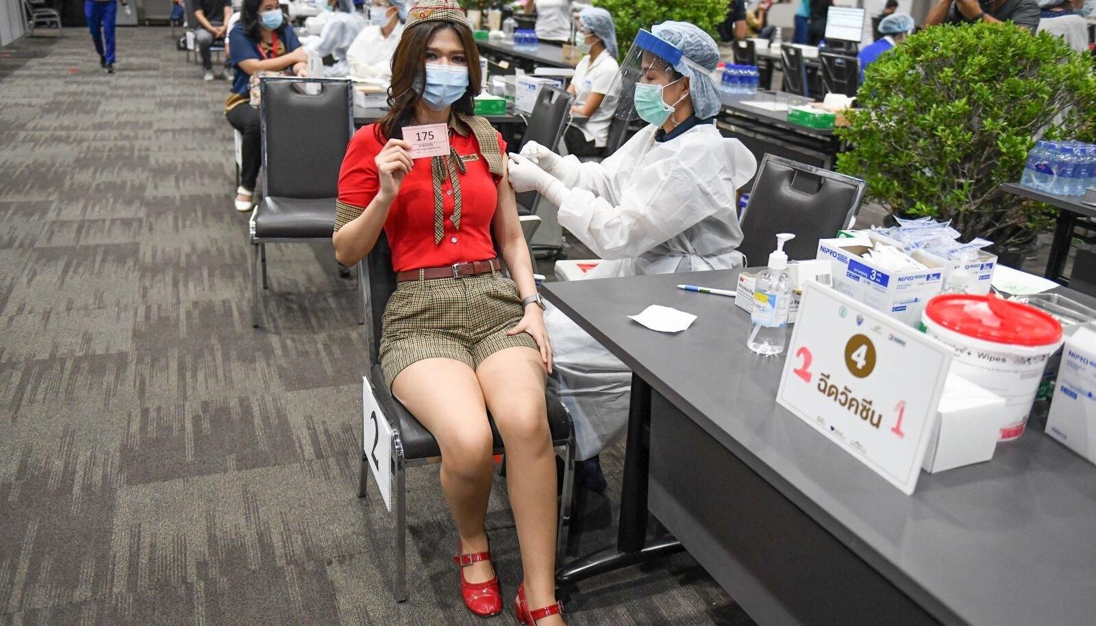 KEHV KAUP, AGA MUUD POLE: Hiinal on Ida-Aasias ainsana vajalik vaktsiinide tootmise võimekus. See selgitab, miks Hiina halvasti toimivat vaktsiin on domineeriv ka teistes Aasia riikides. Fotol saab Hiina vaktsiinisüsti Tai lennutöötaja.
