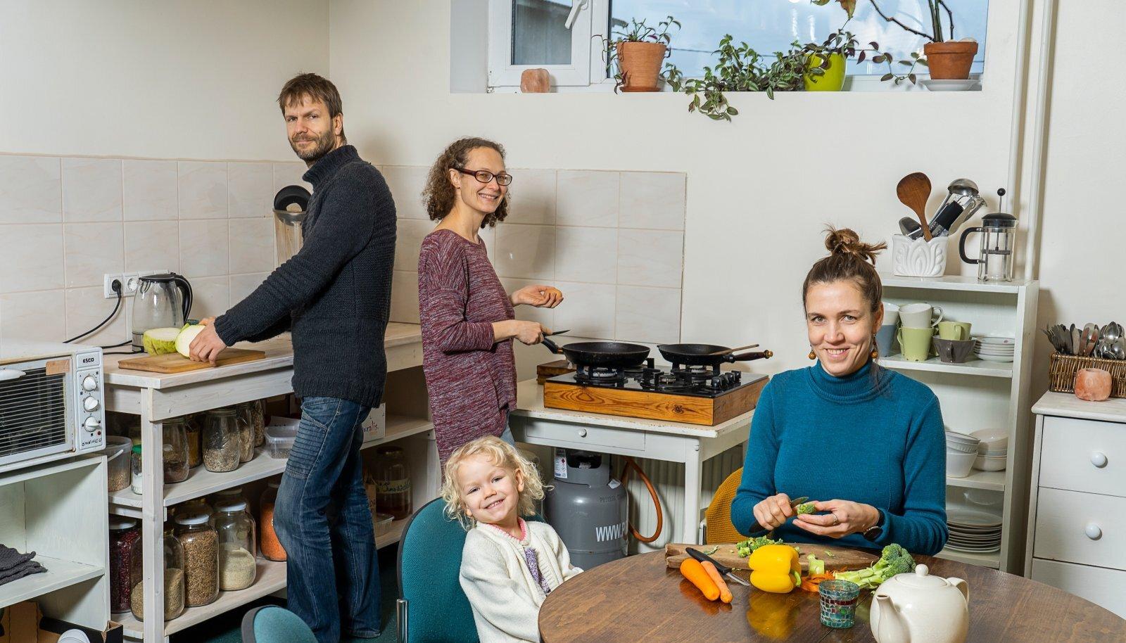 Süüa tehakse Mõisamaal ühisköögis. Ka toidutegemine liidab inimesi.