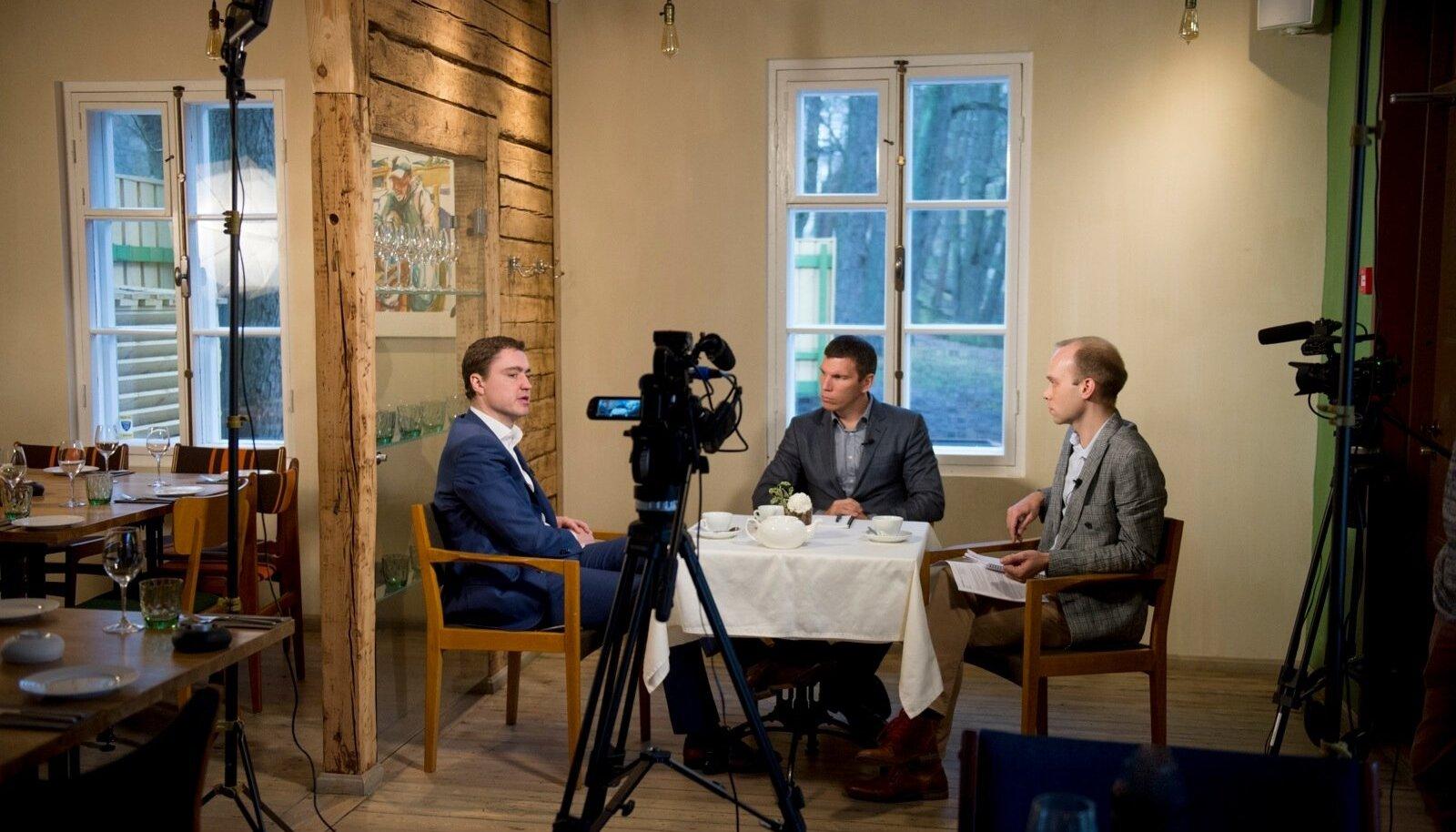 Peaminister Taavi Rõivas (vasakul) kinnitas intervjueerijatele Priit Simsonile (keskel) ja Raimo Poomile, et hoolimata kõikidest maailma ja Euroopa kriisidest ei ole Eestil sugugi halvasti läinud.