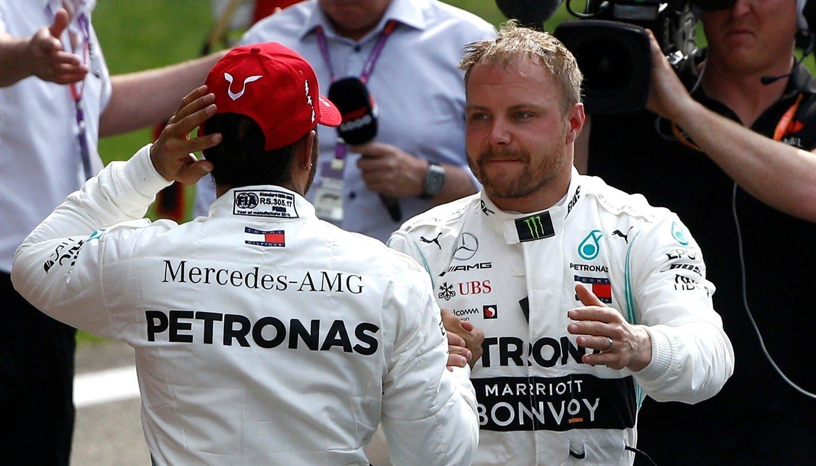 Valtteri Bottas ja Lewis Hamilton üksteist õnnitlemas