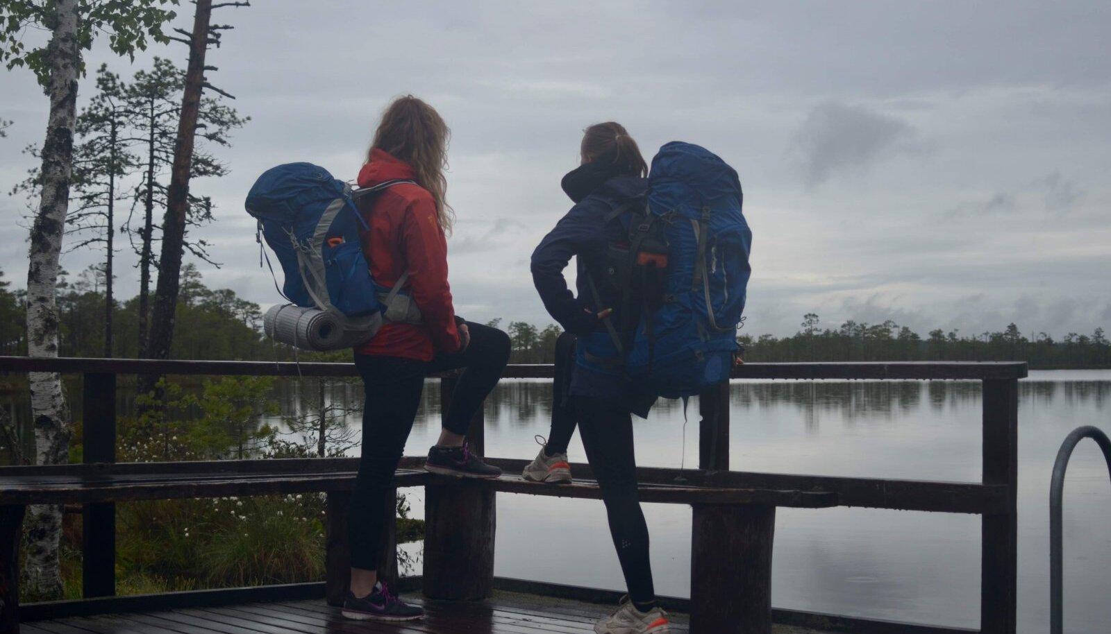 Madle sõbrannaga matkamas