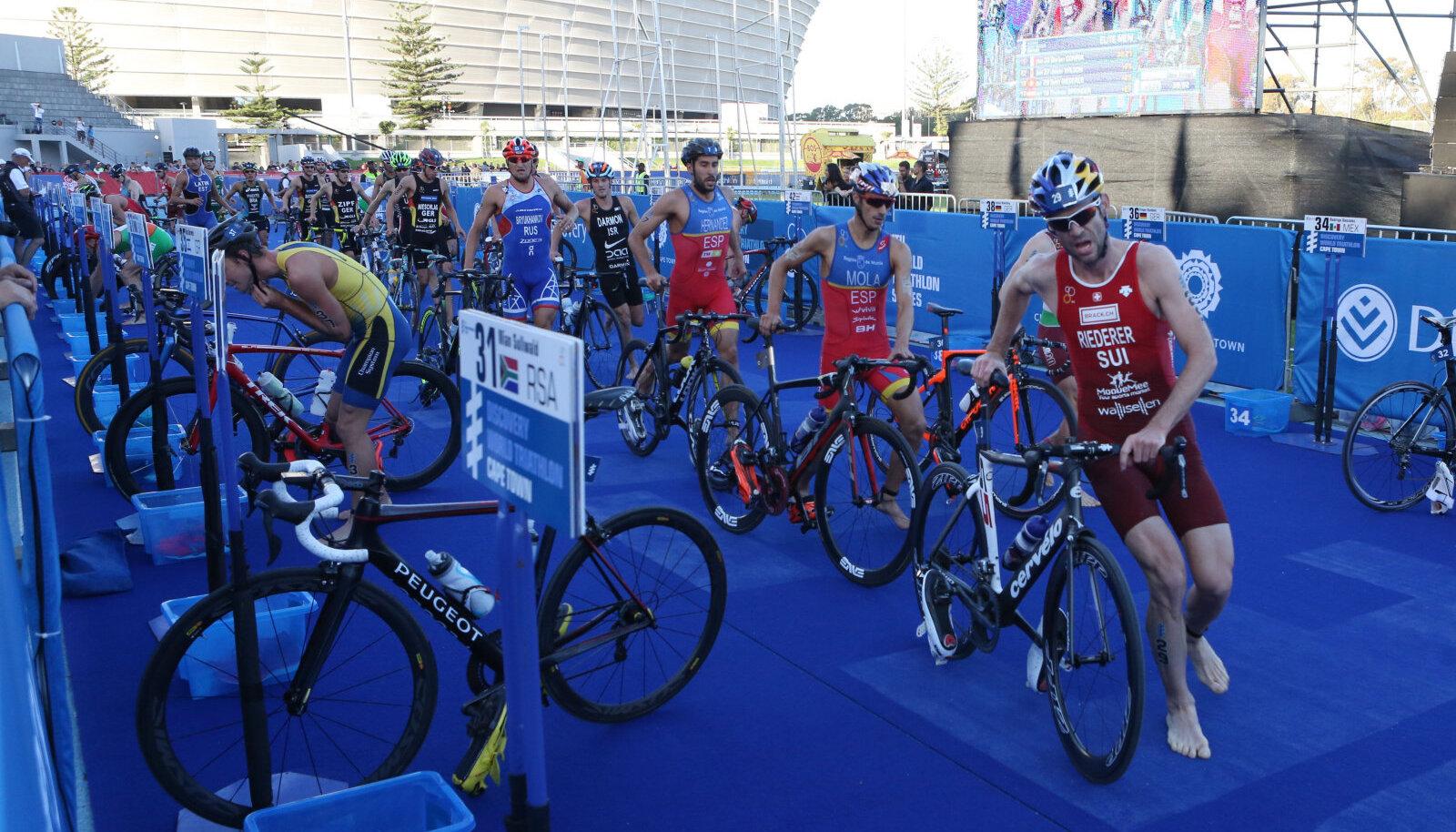 Александр Брюханов (в синем) во время соревнований
