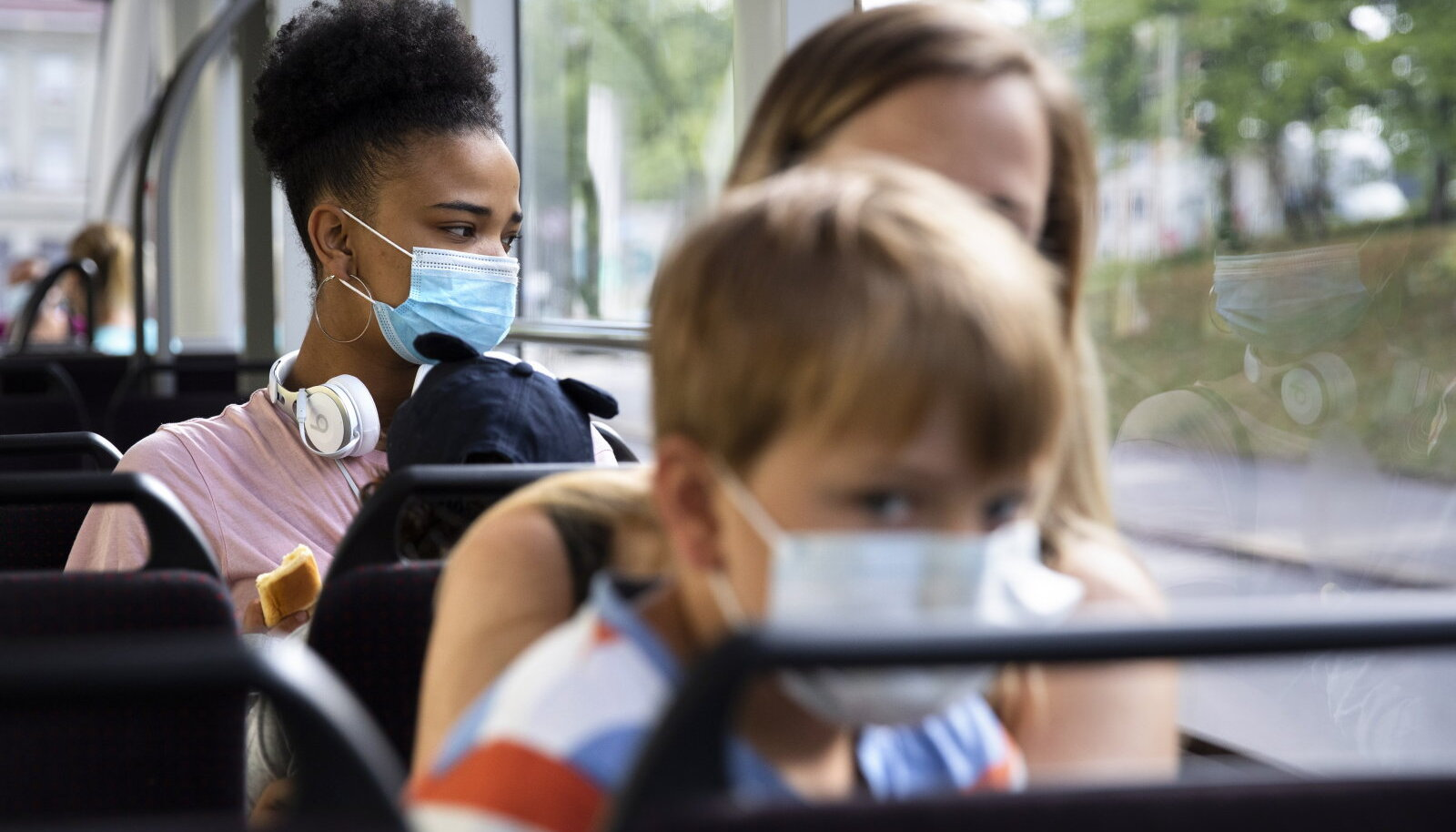 Illustreerival eesmärgil: maskidega varustatud inimesed ühistranspordis. (Foto: EPA / Scanpix)