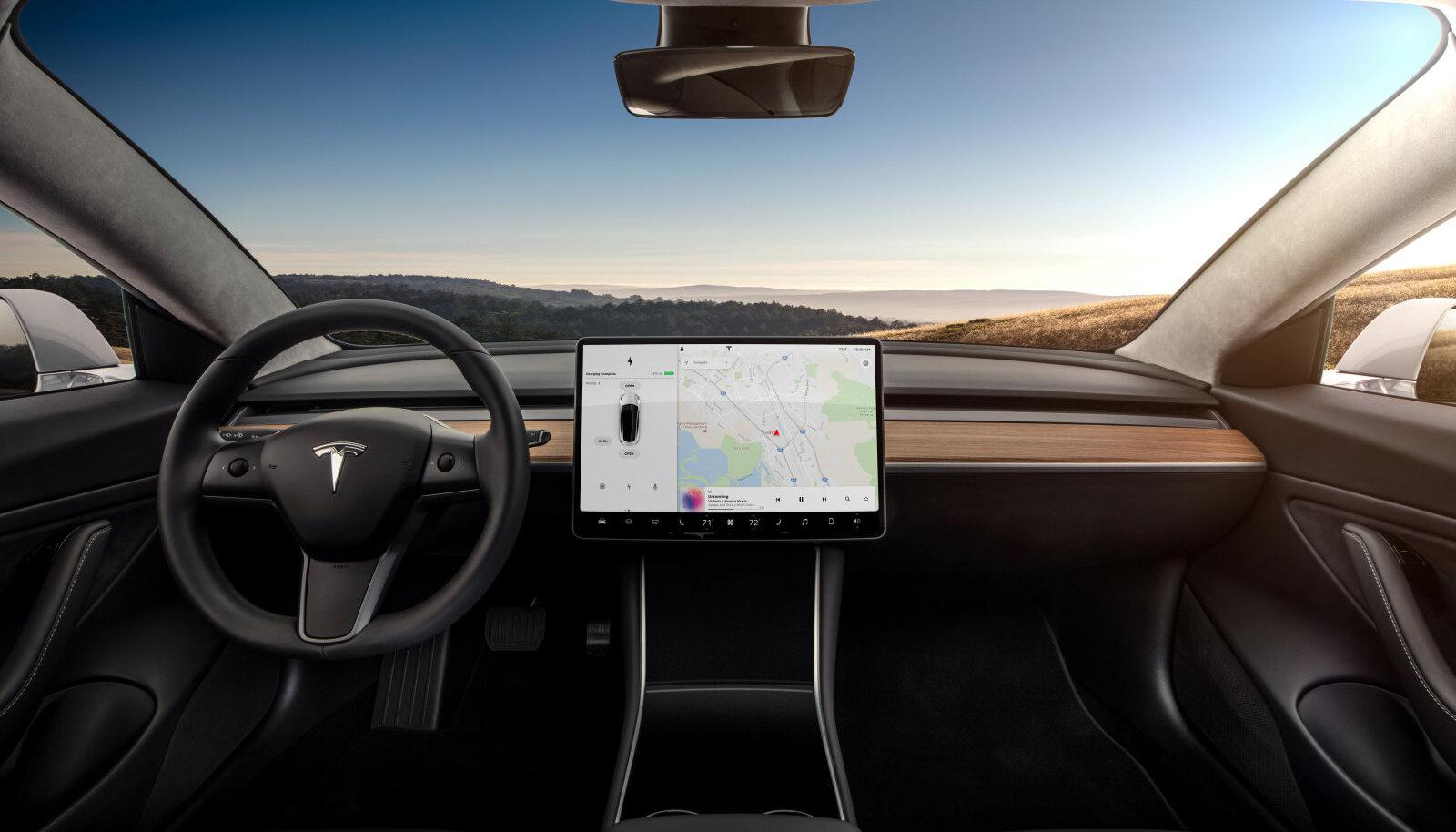 Uue Tesla 3 sisevaade. Harjumuspäraste kellade-näidikute asemel on hoopis üks suur puutetundlik ekraan.