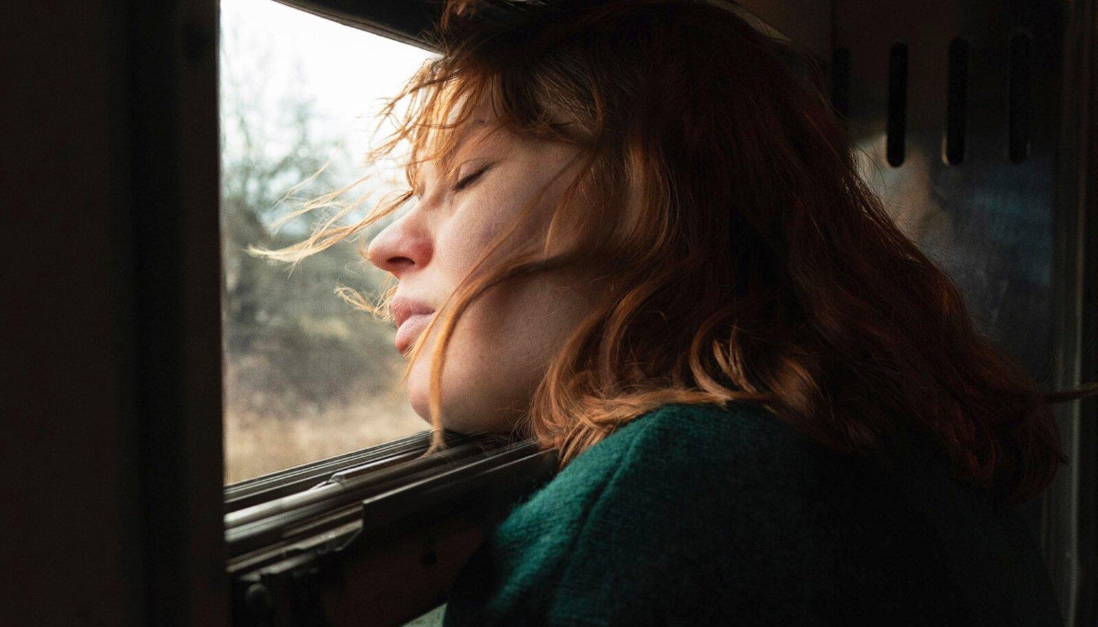 """Filmi """"Kupee nr 6"""" tegevus toimub 1990ndatel, mil soome arheoloogiatudeng Laura pageb oma ummikusse jooksnud elu eest rongiga Moskvast Murmanskisse."""