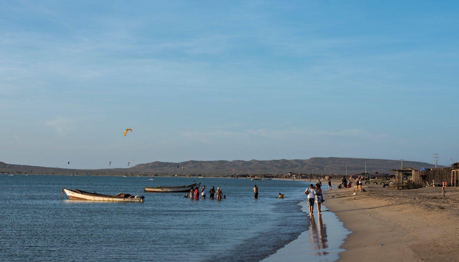 Cabo de la Vela, Colombia. Colombia põhjatipus Guajira poolsaarel elav põlisrahvas vajuud on kuulsad kogu Lõuna-Ameerikas – hispaanlased ei suutnud neid ega nende külasid kunagi alistada. Vajuud elavad hea meelega edasi oma esivanemate maal, millel on peale päikese, liiva ja tuule vähe pakkuda. Kui kunagi tähendas see kasinat elu, siis nüüd on lohesurfarid valmis läbi kõrbe sinna kohale ekslema, et päevade kaupa merel kihutada ja õhtul rannas kalarestoranis vaadata, kuidas öises taevas Kariibi mere kohal tähed ükshaaval süttivad.