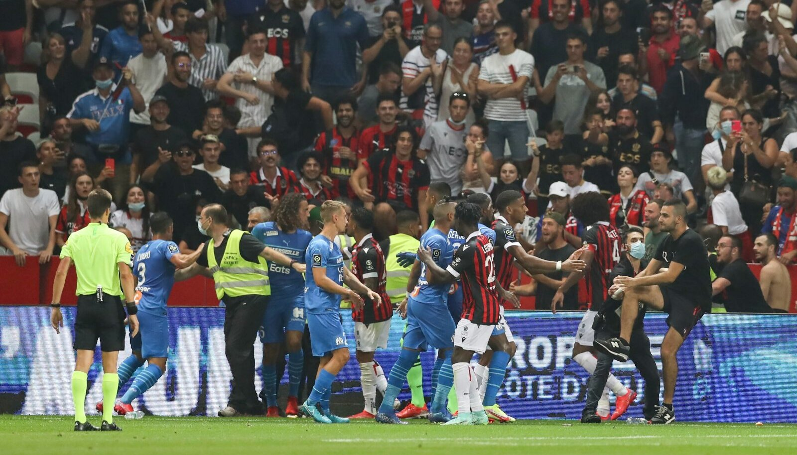 Marseille'i mängijad (sinises) ja Nice'i pallurid lasid käed käiku.