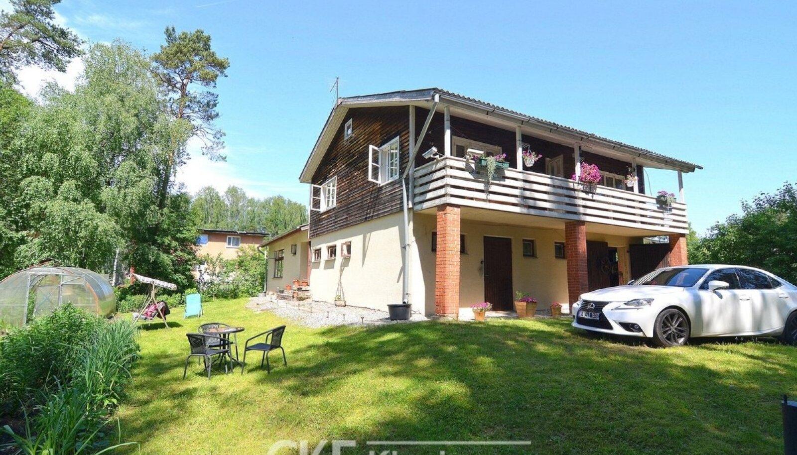 Maja Võrumaal Rõuges, ehitusaasta 1996, 199,5 m², 2 korrust, 5 tuba – 89 990 eurot (451 €/m²). Kahe näiliselt sarnaste parameetritega maja hinnavahe on üle nelja korra, ruutmeetri maksumus on Võrumaa majal 2,7 korda madalam.