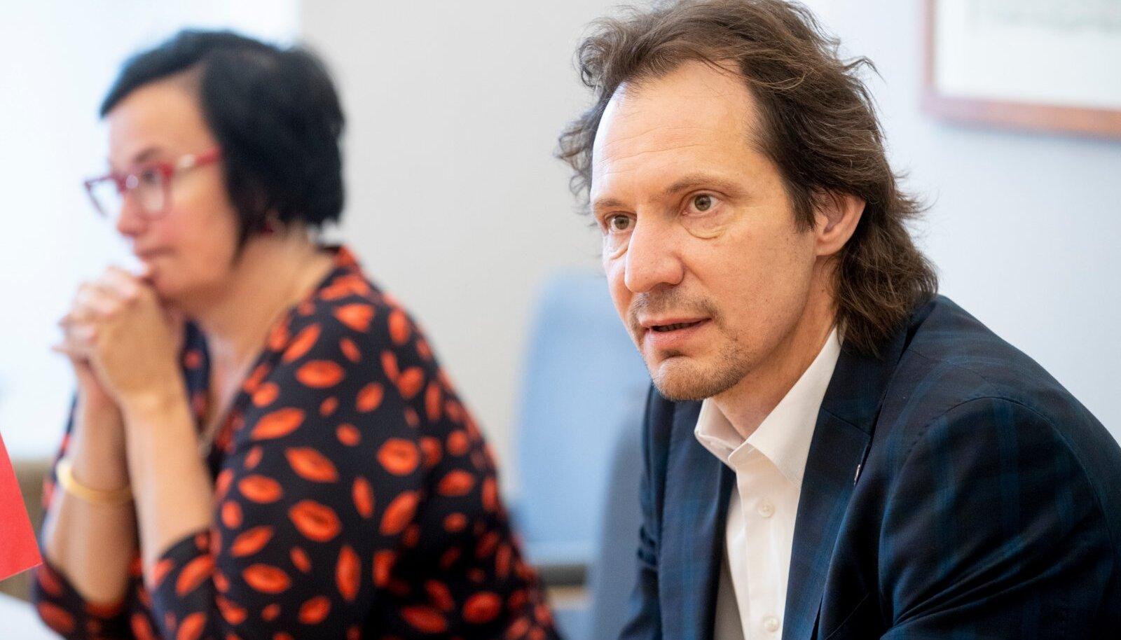 Esiplaanil Sotsiaaldemokraatide esimees Indrek Saar, tagaplaanil korruptsioonivastase erikomisjoni esimees Katri Raik.