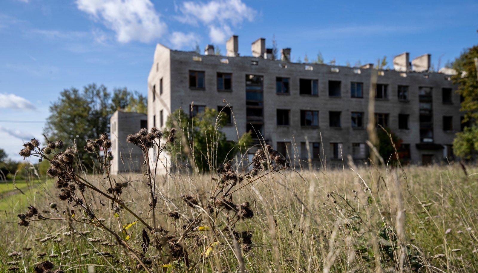 Neil kahel Sompa kortermajal pole isegi katust, aga tegemist on eraomandiga ja korteriomanikud ei anna oma omandit nii lihtsasti käest, et linn saaks selle lammutada.