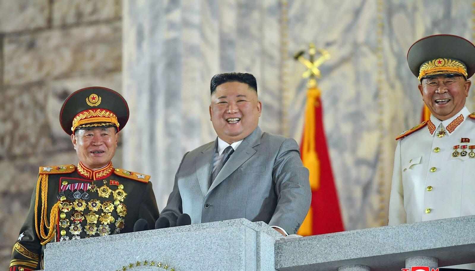 Kim Jong-un (keskel) partei 75. aastapäeva paraadil
