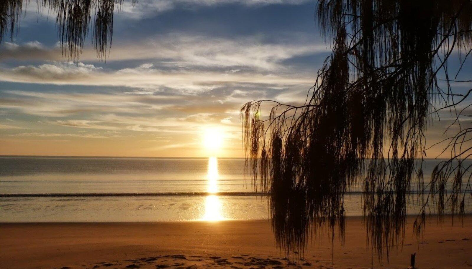 Päikesetõus Woodgate beachil Austraalias