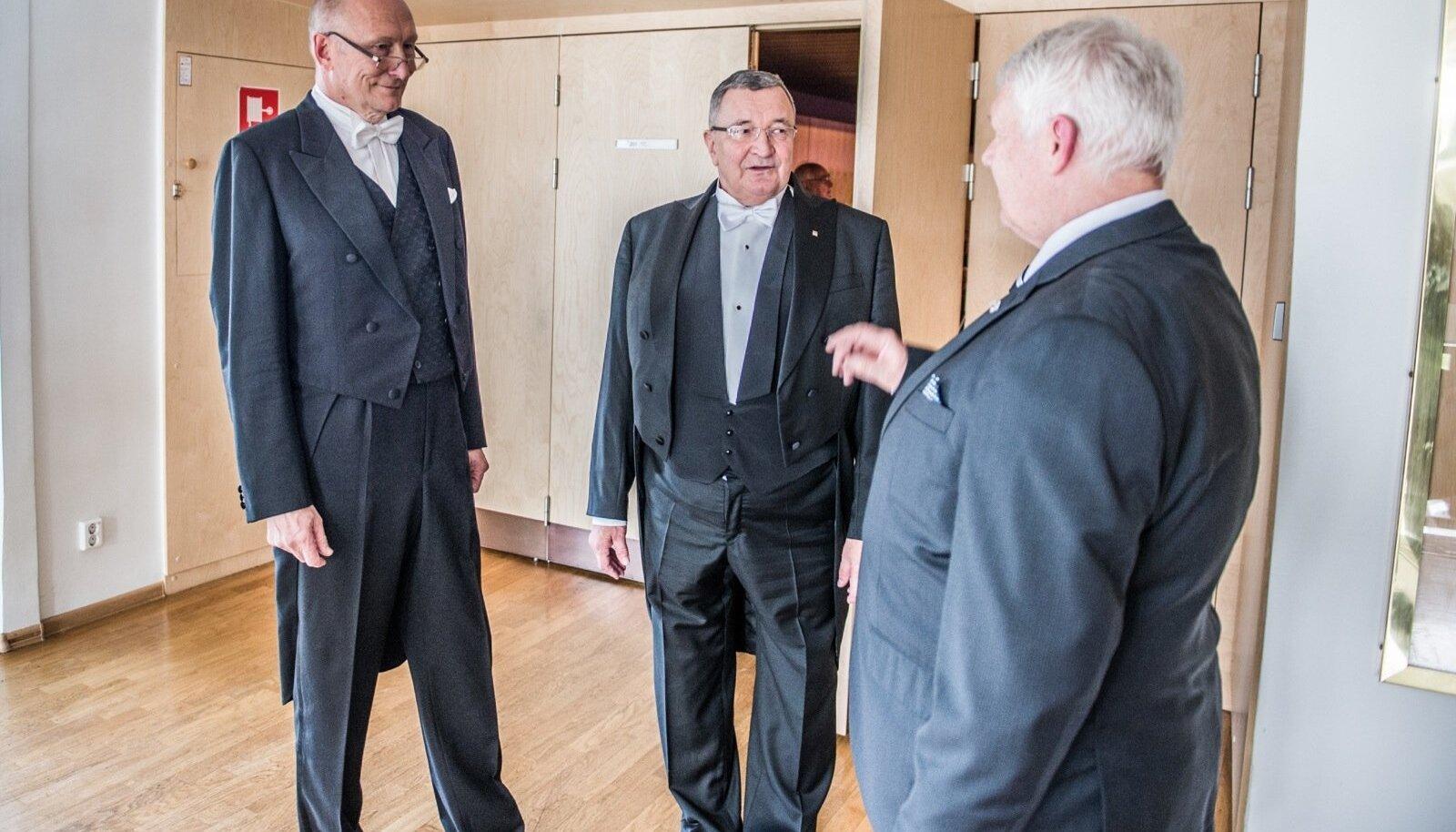 """Jaak Aaviksoo (vasakul) ja Andres Keevallik möödunud aastal, kui Aaviksoo andis ametivande. Siis Keevallik pooldas uut rektorit, kuid """"nüüd on tollaste kriitikute hirmud tõeks osutunud""""."""