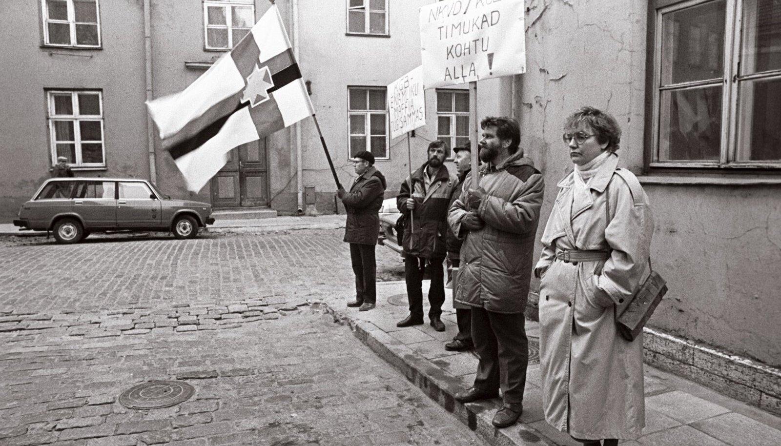 """Lagle Parek ja teised ERSP liikmed nõudmas 1990. aastal Pagari tänaval KGB tegelaste vastutusele võtmist. Hiljem on Lagle Parek kutsunud üles lepitusele ja öelnud, et ei tohi kellelegi tagantjärele ette heita, et nad Nõukogude võimu ajal """"murdusid""""."""