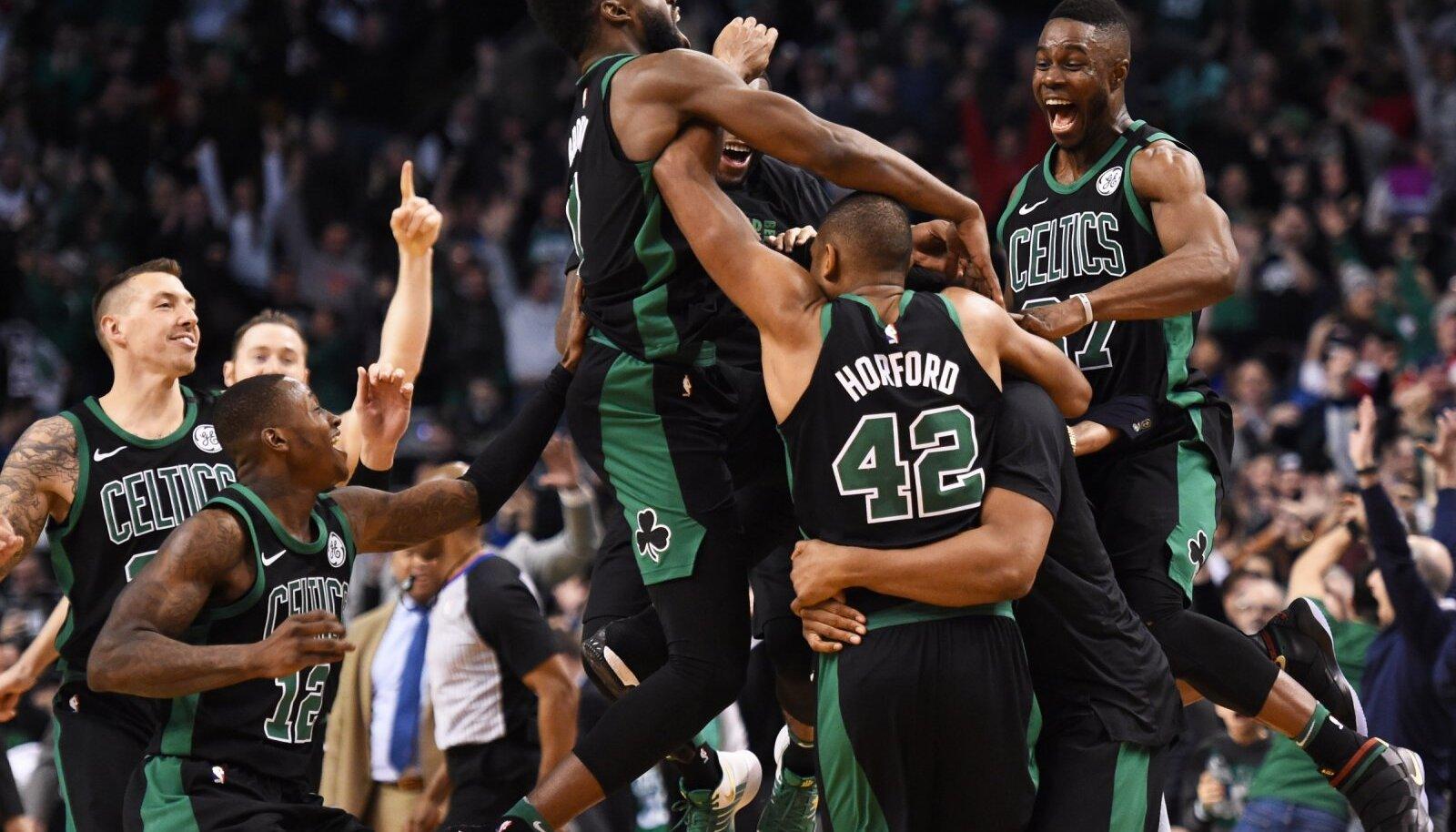 Celticsi mängijad Al Horfordi võiduviset tähistamas