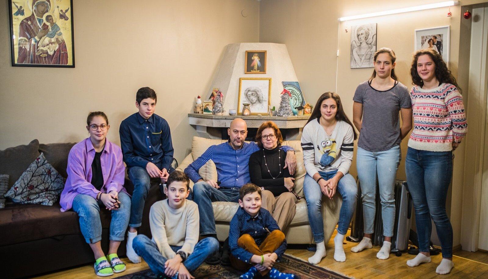 ITAALIA PEREKOND: (vasakult) Elisabetta, Francesco, Andrea, Luciano, Paolo, Katia, Caterina, Miryam ja Chiara. Puudu on vanim poeg Pietro, kes on Tartus.