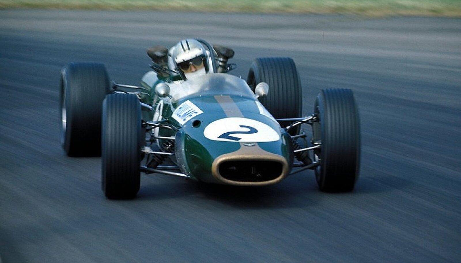 Hulme juhitud Brabham-Repco BT24 Silverstone'i rajal. https://itsawheelthing.tumblr.com/