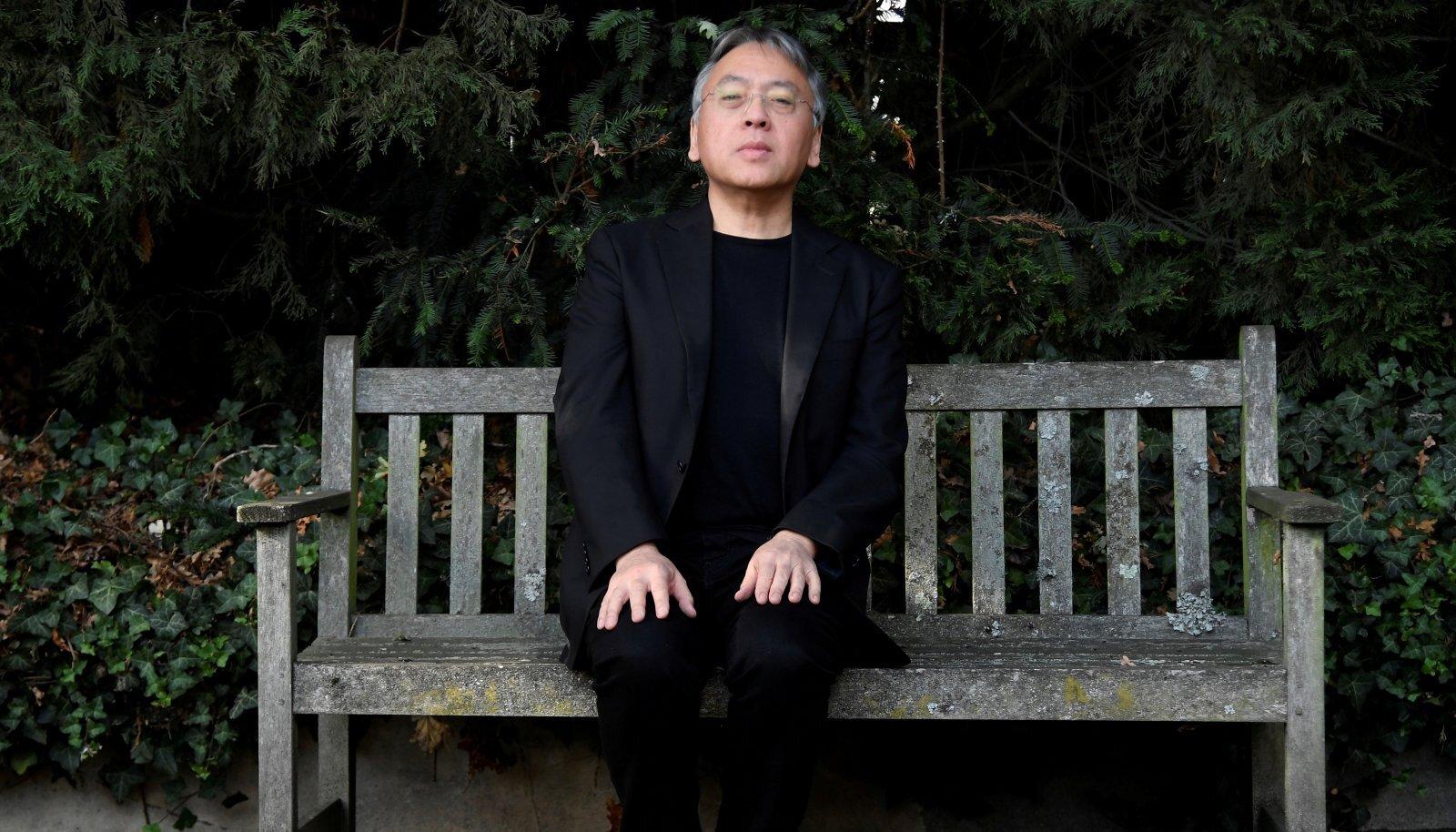 Kazuo Ishiguro on tunnistanud, et kasutab teostes sarnaseid tegelasi ja probleeme, millele ta annab uue kuju ja tegevuspaiga.