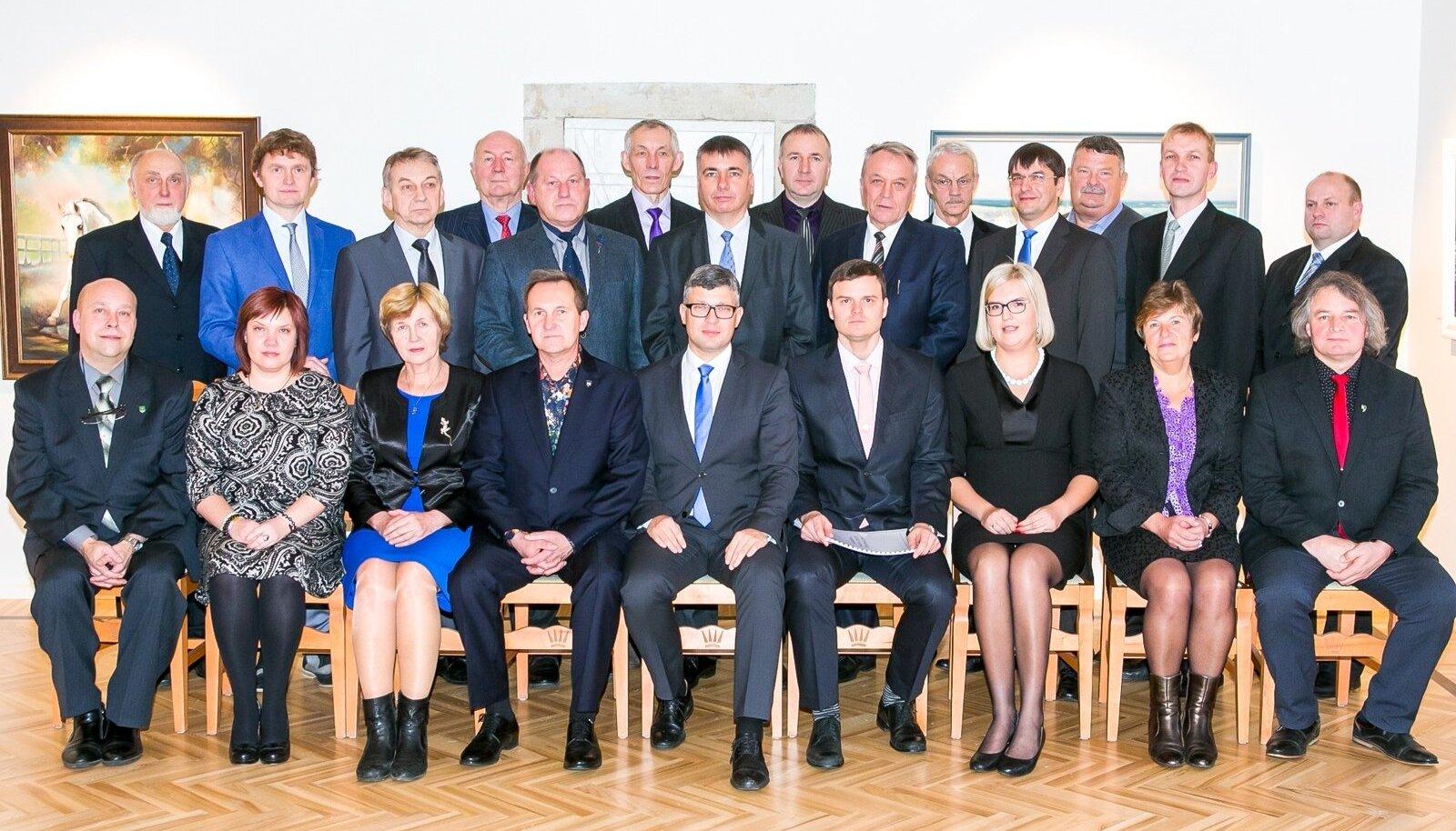 Need tublid 11 Saaremaa valda ühines Saaremaa vallaks.Ühendvallaga ei ühinenud Saare maakonnas Pöide ja Muhu vald.